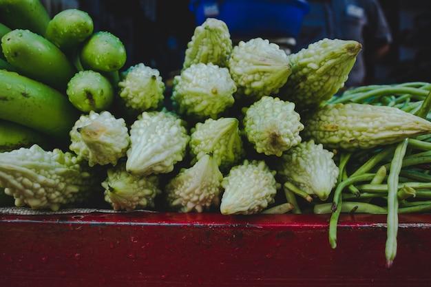 Eierpflanze, gurken und bitterer kürbis in einem markt in indien
