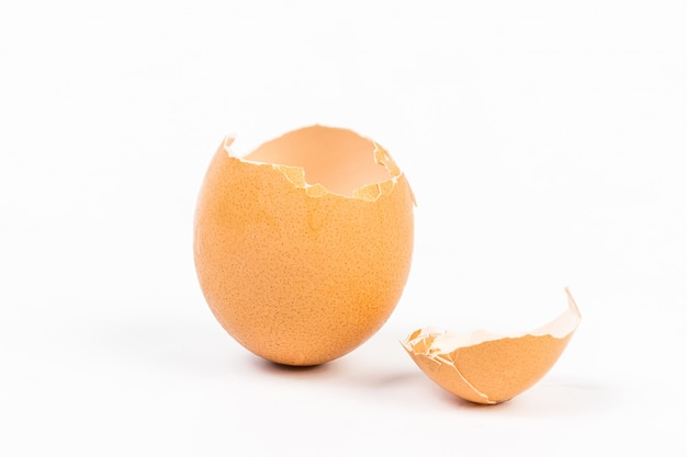Eierschale auf weißem hintergrund