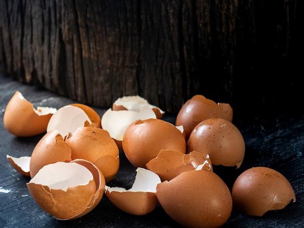 Eierschalen auf dunkler hölzerner planke und klotz