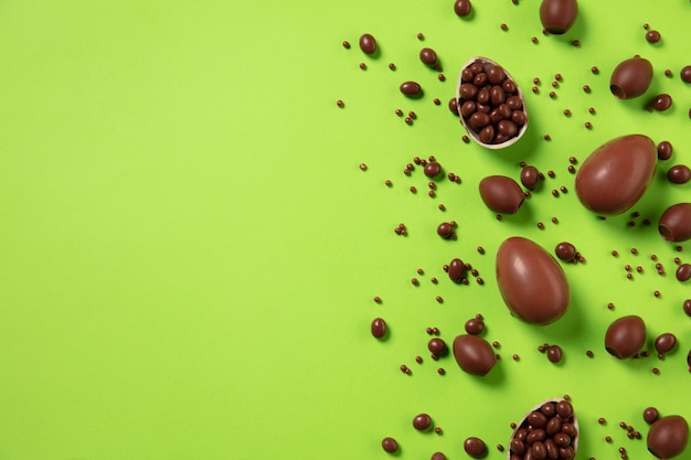 Eiersuche kommt ostertraditionen schokoladeneier draufsicht hintergrund