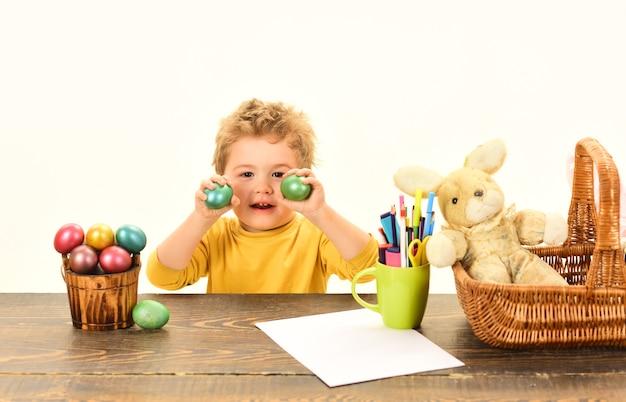 Eierüberraschungsspielzeug ostereiideen für jungensohn