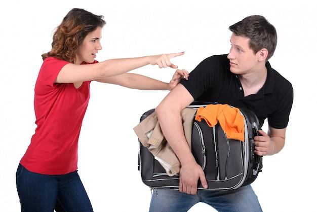 Eifersüchtige frau bittet ihren ehemann, auszugehen.