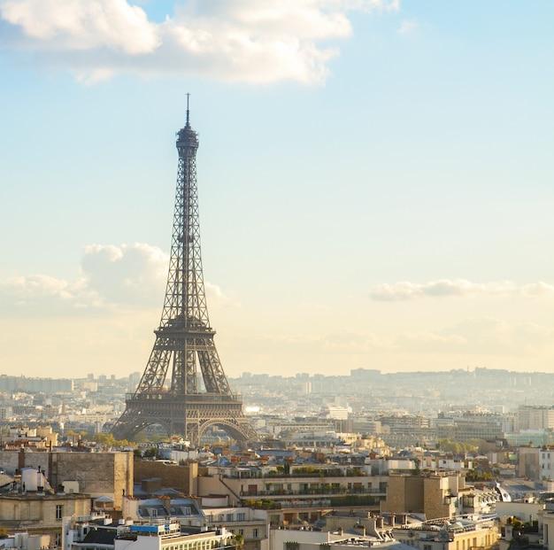 Eiffeltour und pariser stadtbild am sonnigen tag, frankreich