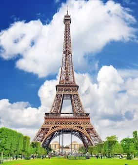 Eiffelturm - blick von den champs de mars.paris, frankreich