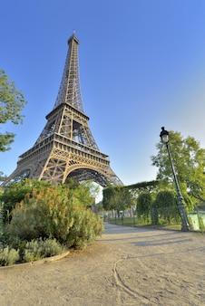 Eiffelturm in paris-ansicht von einem kleinen weg im garten von champs de mars