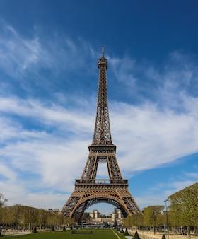 Eiffelturm in paris frankreich gegen blauen himmel mit wolken april