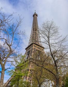 Eiffelturm in paris frankreich gegen blauen himmel mit wolken im frühjahr april