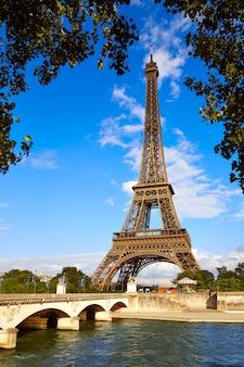 Eiffelturm in paris unter blauem himmel frankreich
