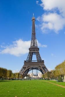 Eiffelturm mit grünem rasen am sonnigen tag in paris, frankreich