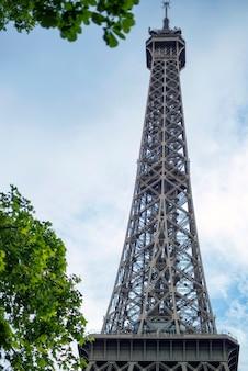 Eiffelturm-silhouette in der stadt paris frankreich während des sonnigen tages paris eiffelturm tagsüber