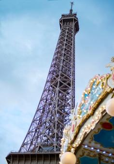 Eiffelturm-silhouette in der stadt paris in der nähe des bunten karussells frankreich während der sonnigen tageszeit