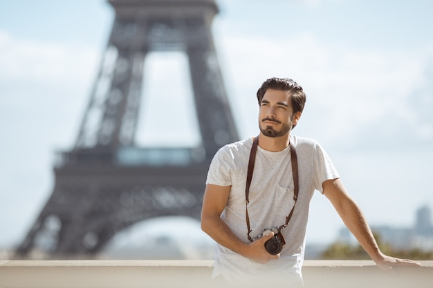 Eiffelturm tourist mit kamera fotografieren vor dem eiffelturm, paris,