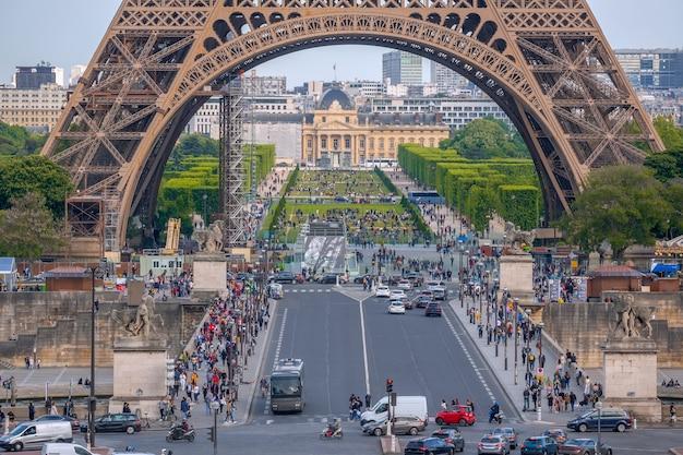Eiffelturm und champ de mars. viele autos und touristen auf der jenaer brücke