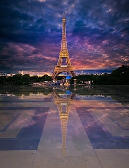 Eiffelturm von trocadero bearbeitete reflexion
