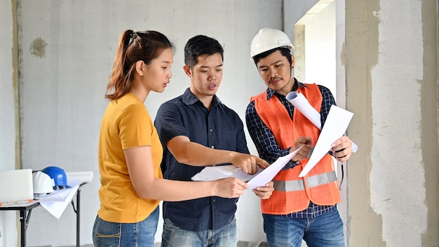 Eigentümer neuer hausinspektion mit ingenieur und architekt. liebespaar am dorfprojekt und immobiliengebäude.