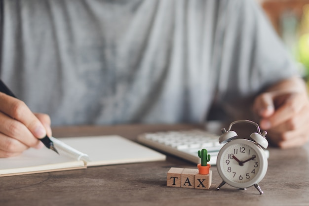 Eigentümer sitzen auf der jährlichen steuerberechnung armbänder aus dem umsatz um die steuer zu reduzieren.