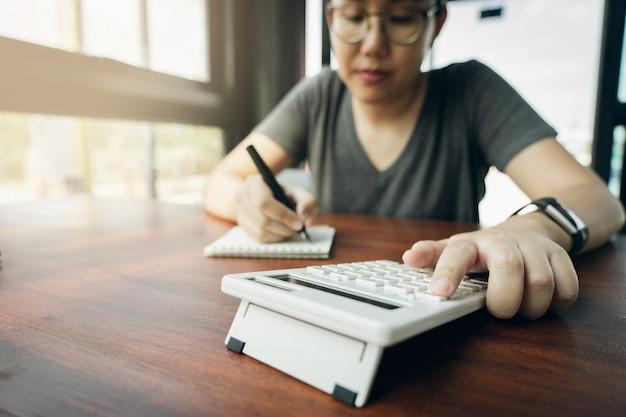 Eigentümer sitzen auf der jährlichen steuerberechnung armbänder vom umsatz um die steuer zu senken.