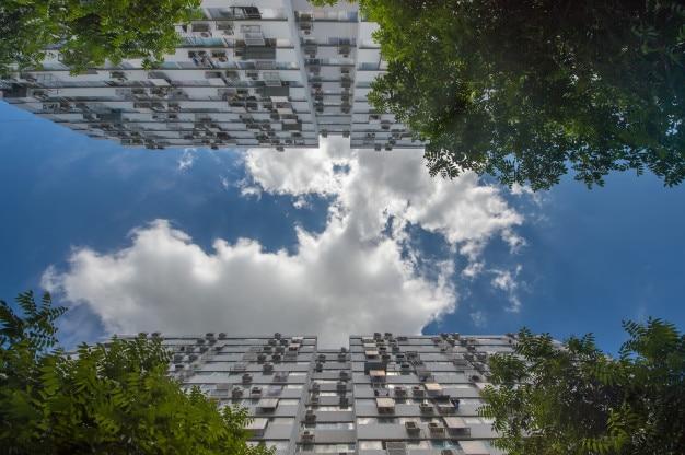 Eigentumswohnung und blick auf den blauen himmel