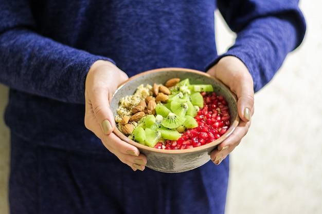 Eignung und gesundes lebensstilkonzept. frau, die ein gesundes hafermehl nach einem training isst.