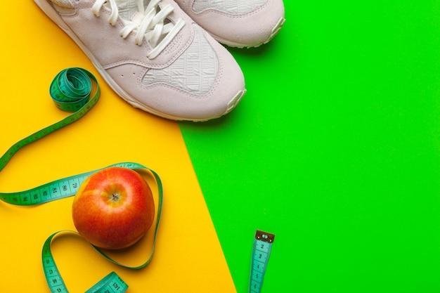 Eignungs-turnhallenausrüstung auf farbhintergrund