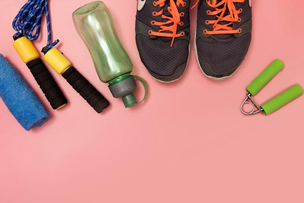 Eignungs- und sportkonzept mit turnschuhflasche waterand maßbandtuch auf rosarückseite