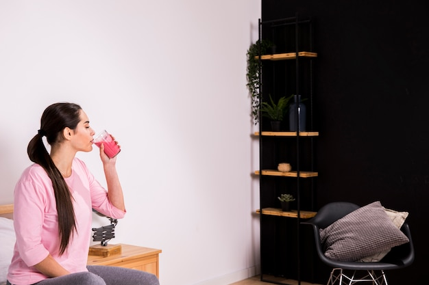 Eignungsfrau, die einen detoxsaft trinkt