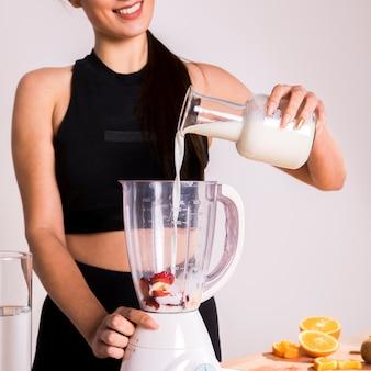 Eignungsfrau, die einen detoxsaft zubereitet