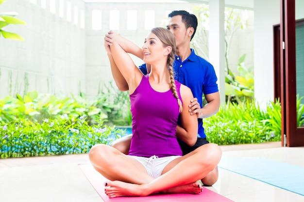 Eignungsfrau mit dem persönlichen trainertrainieren