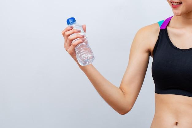Eignungsfrauen, die flasche wasser anheben und halten