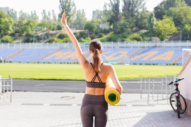Eignungsfrauen-sportkleidung auf stadion. sport- und fitnesskonzept