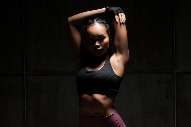 Eignungsfrauen-übungsboxen-gewichtsdurchschlag-dunkelheitsschattenbild