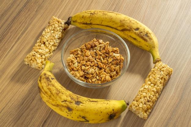 Eignungskonzept mit dumbbells überspringendem seilmaßband molkeprotein und -bananen.