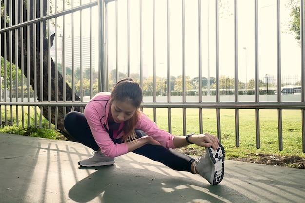 Eignungssport-mädchen-mode-sportkleidung, die yogaeignungsübung in der straße tut