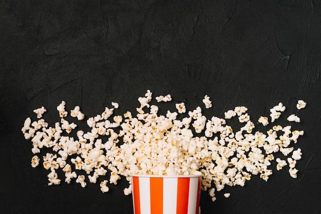 Eimer auf verschüttetem popcorn