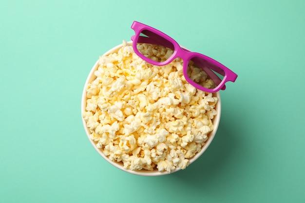 Eimer mit popcorn und 3d-gläsern auf minze
