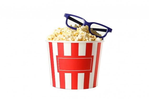 Eimer mit popcorn und 3d-gläsern lokalisiert auf weiß