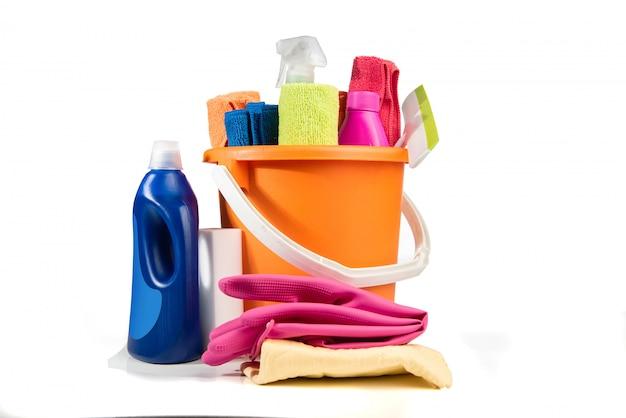 Eimer mit reinigungsmitteln und werkzeugen