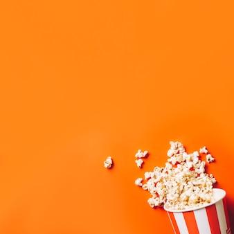 Eimer mit verschüttetem Popcorn