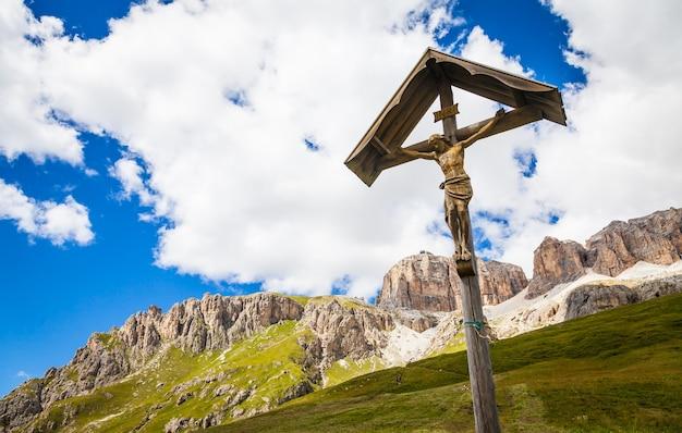 Ein 100 jahre altes kruzifix aus holz, typisch für die dolomitenregion im nordosten italiens