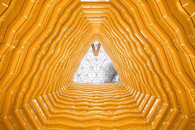 Ein 30-stöckiges atrium auf einem 100-stöckigen wolkenkratzer