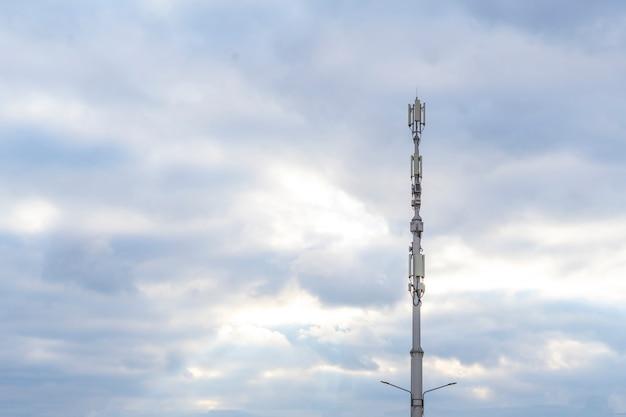 Ein 5g stationsempfänger, moderne stadt-telekommunikation gegen den himmel