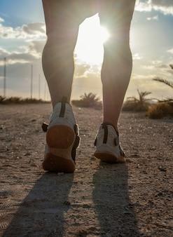 Ein abendliches joggen oder ein mann rennt am strand entlang der straße.