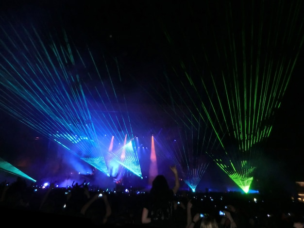 Ein abendliches rockkonzert vor großem publikum in einem open-air-stadion mit lasershow