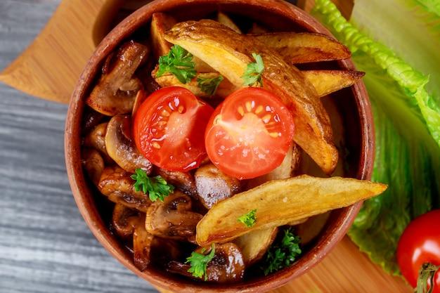 Ein abschluss herauf champignonpilze mit ofenbackkartoffel und -tomate