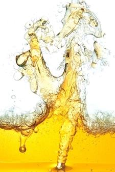 Ein abstraktes bild von verschüttetem öl im wasser.