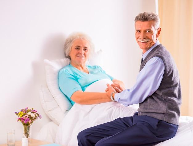 Ein älterer mann besuchte seine großmutter in der klinik.