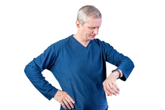 Ein älterer mann misst den puls eines fitnessarmbandes isoliert auf weißem hintergrund
