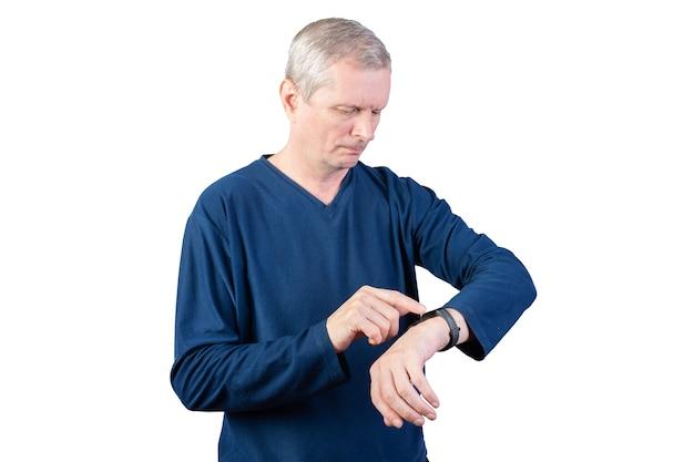 Ein älterer mann misst den puls eines fitnessarmbands. isoliert auf weißem hintergrund. für jeden zweck.