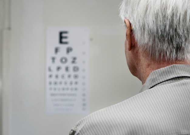 Ein älterer patient hat eine sichtprüfung