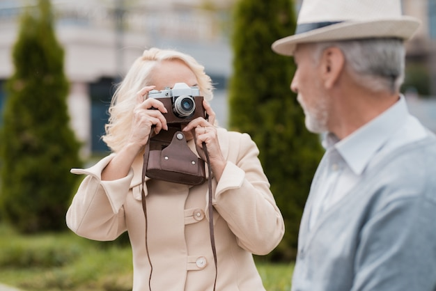 Ein älteres ehepaar sitzt am rand eines blumenbeets